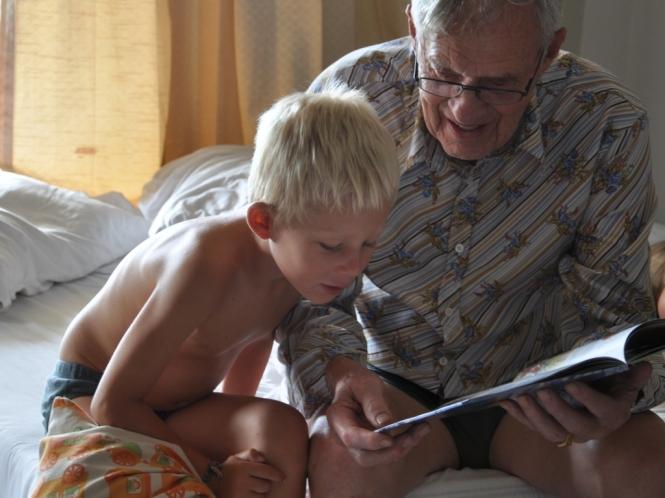 Varför slösa tid på att bada, när man kan hänga på ett svalt hotellrum med morfar?