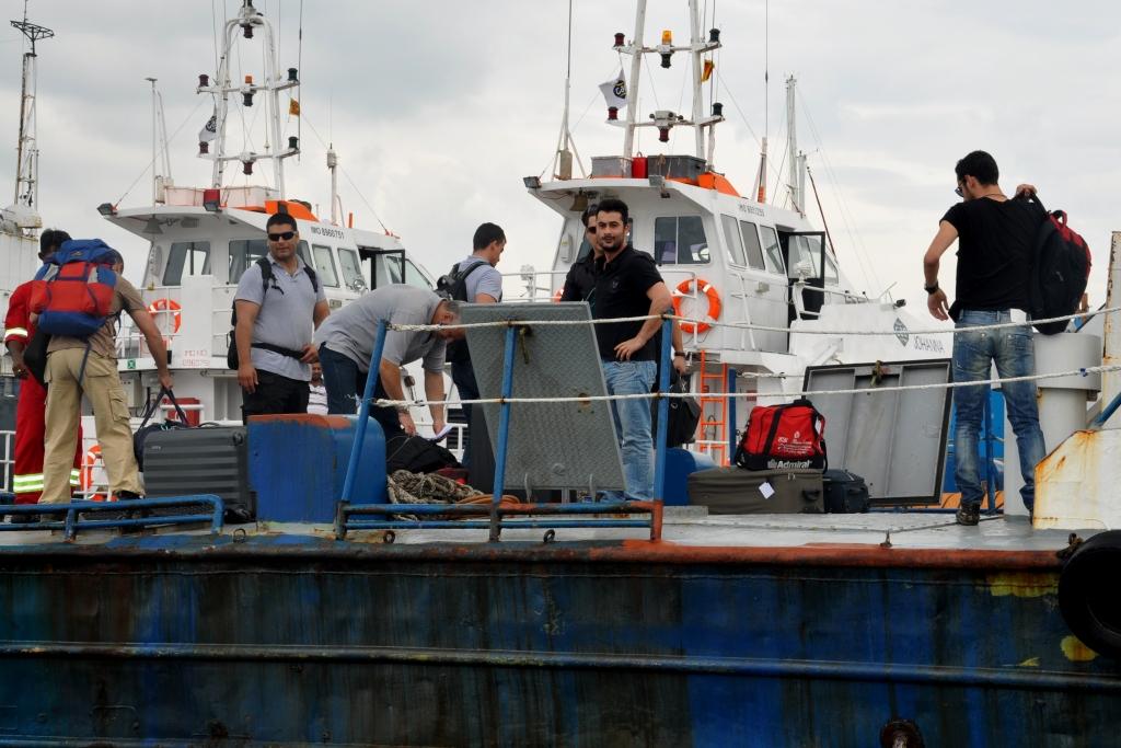 Grannbåten kör med legosoldater och vapen i lasten.
