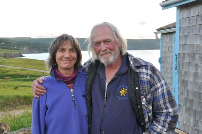 Margarit och Fred utanför sitt hem i St Lawrence Bay