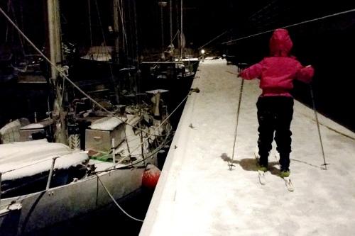 Lovis åker skidor på bryggan i väntan på att det ska bli varmt i båten.