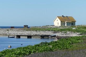 Vi tog jollen in till den gamla stenbryggan på sydostsidan av ön.
