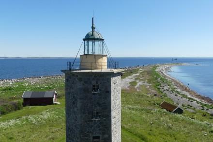 Ön är flack och den högsta punkten på ön, platån där fyrar och bostäder ligger är belägen fyra meter över havsytan.